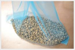 生豆を水切り網袋に入れる