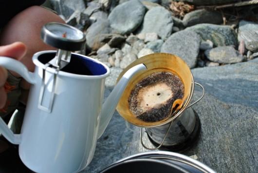 挽きたてコーヒーに抜群に美味しくなる温度の湯をそそぐ