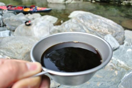 川の側で淹れたてコーヒー